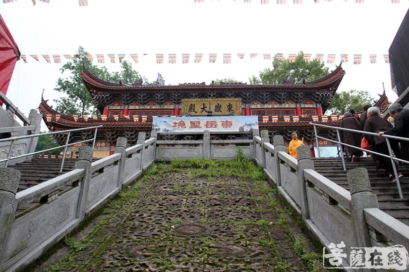 前往东岳大殿(图片来源:菩萨在线 摄影:妙文)