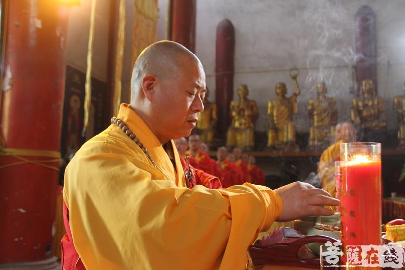 拈香礼佛(图片来源:菩萨在线 摄影:妙文)