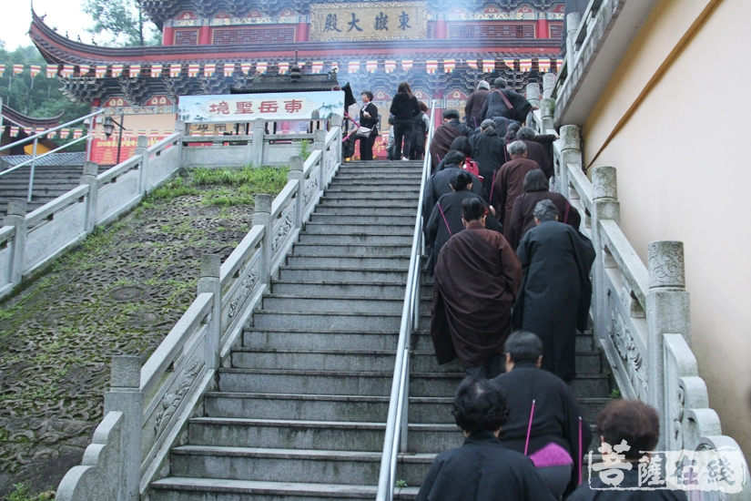 众人前往内坛坛场(图片来源:菩萨在线 摄影:妙文)