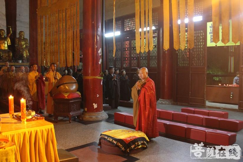 净明法师主法普佛仪式(图片来源:菩萨在线 摄影:妙文)