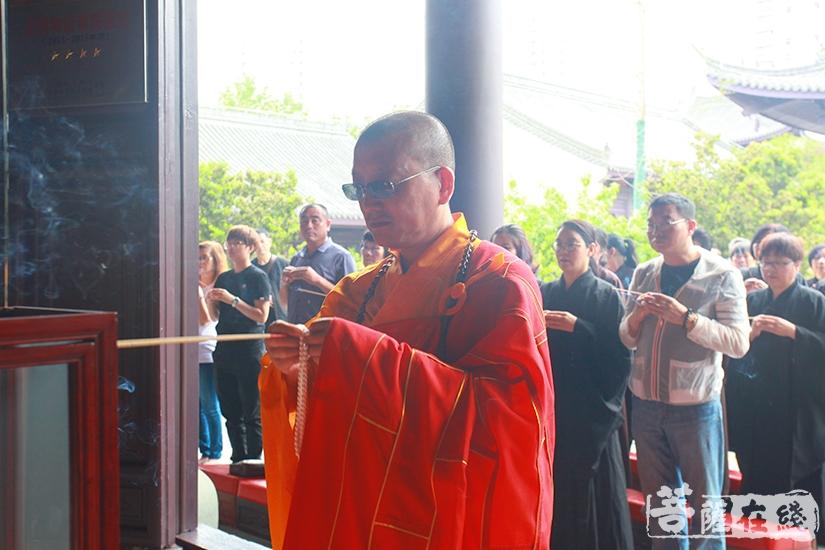 法雨法师供香礼佛(图片来源:菩萨在线 摄影:慧德)
