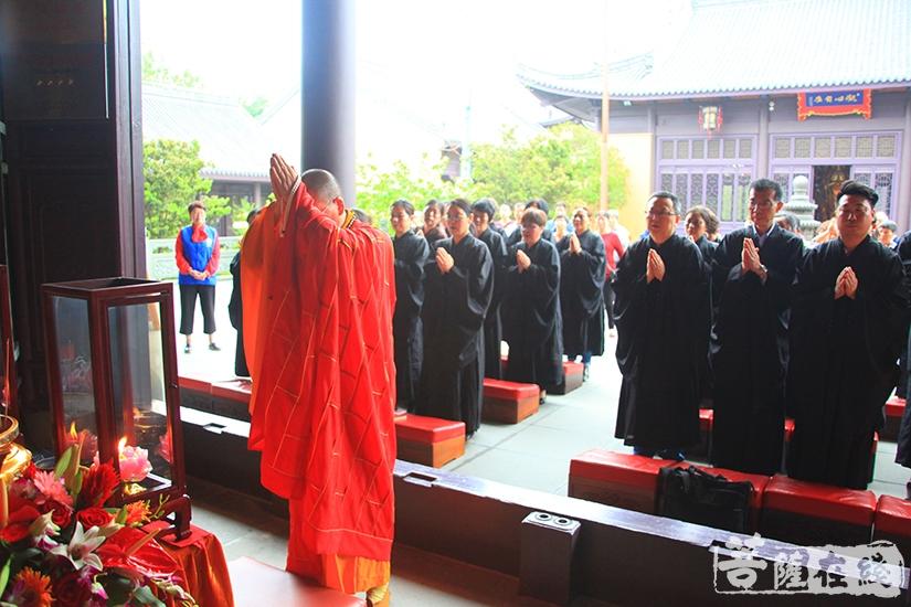 法雨法师带领大众虔诚礼拜(图片来源:菩萨在线 摄影:慧德)