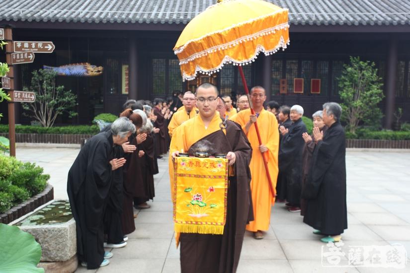 宁国禅寺僧众迎请太子圣像(图片来源:菩萨在线 摄影:慧德)