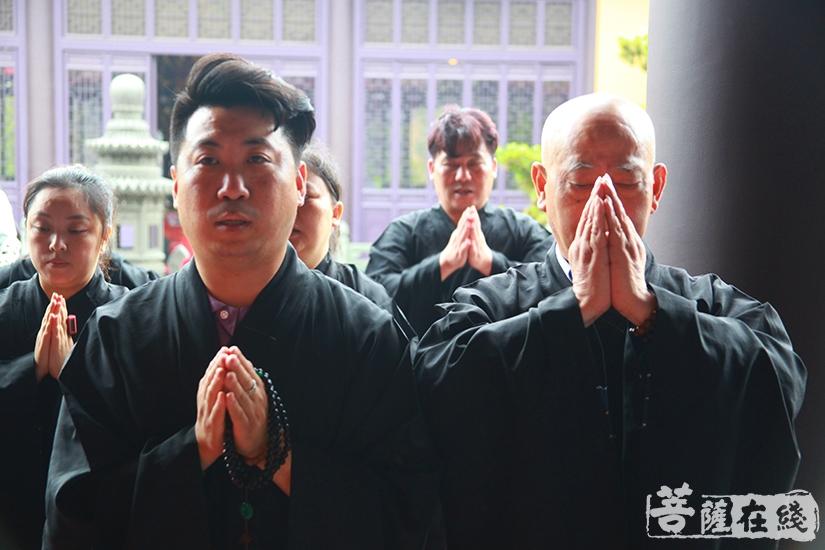 双手合十尽显虔诚(图片来源:菩萨在线 摄影:慧德)