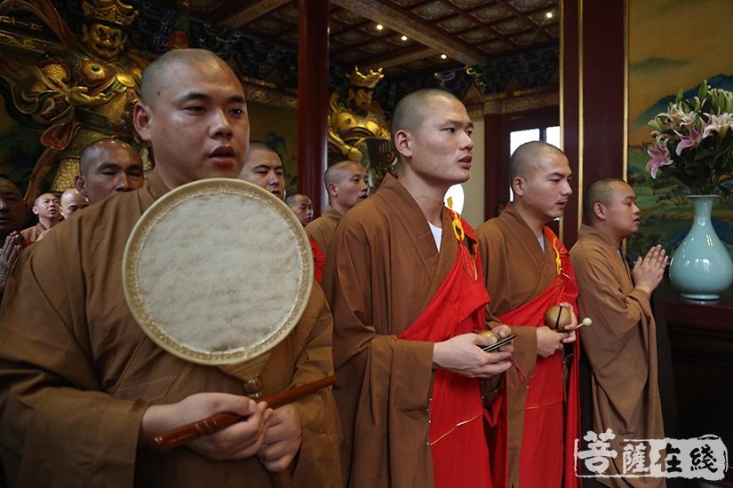 僧众虔诚诵经祈福(图片来源:菩萨在线 摄影:妙祺)