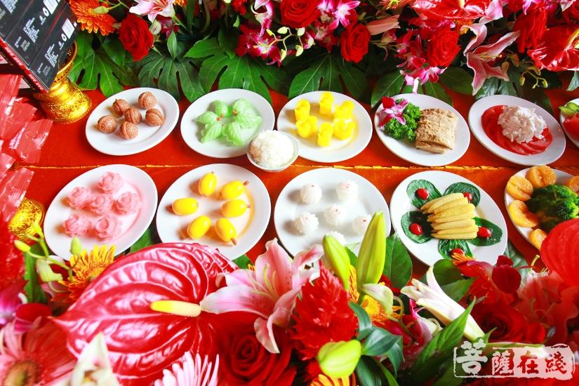 供台逐一供奉香、花、灯、衣食、宝、法等六斋妙味(图片来源:菩萨在线 摄影:慧德)
