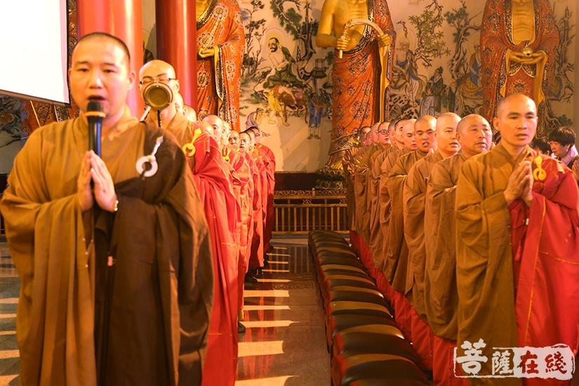 僧众诵经持咒(图片来源:菩萨在线 摄影:妙祺)
