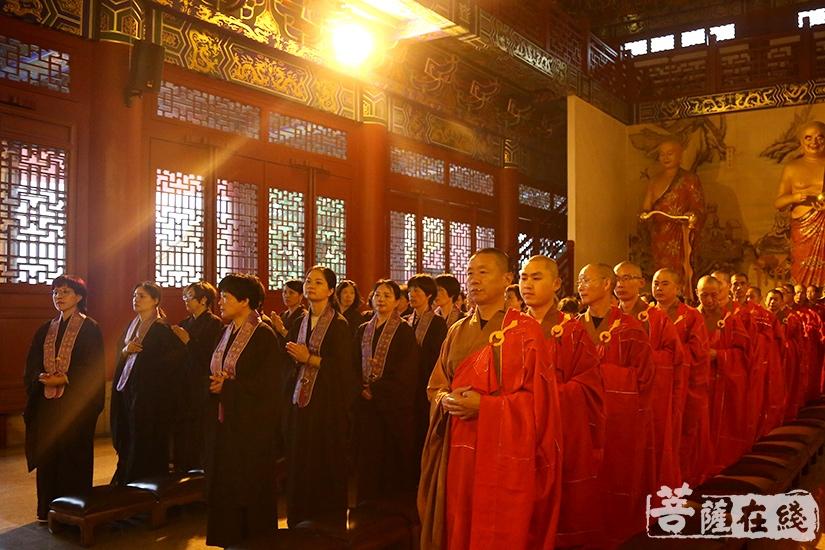 两序大众、十方善信共同参与法会(图片来源:菩萨在线 摄影:妙祺)