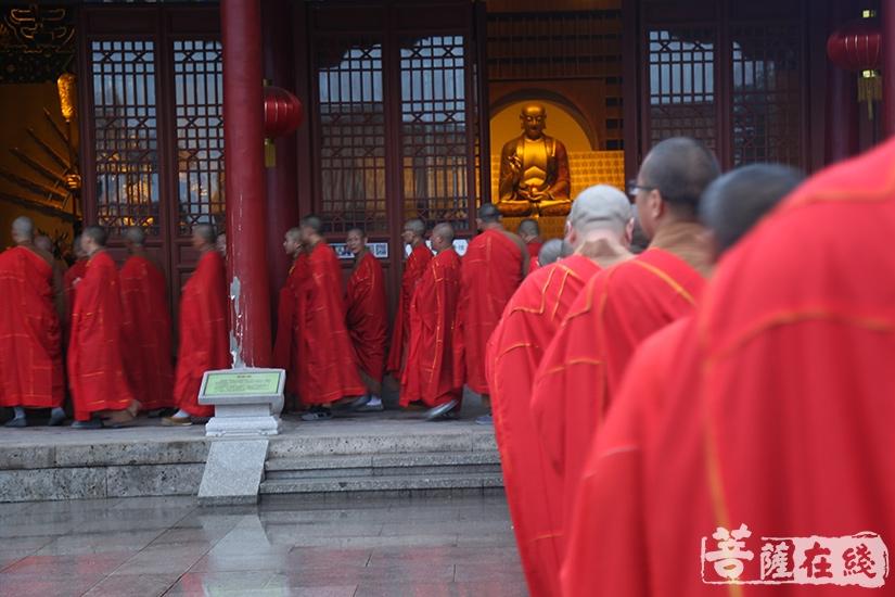 僧众至伽蓝殿洒净(图片来源:菩萨在线 摄影:妙祺)