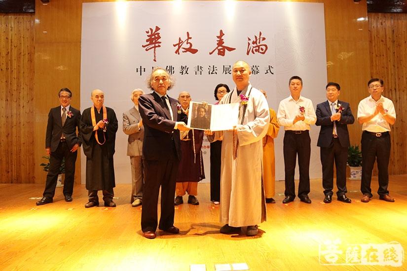 日本代表团向观宗讲寺赠与弘一法师自画像复制品(图片来源:菩萨在线 摄影:妙月)