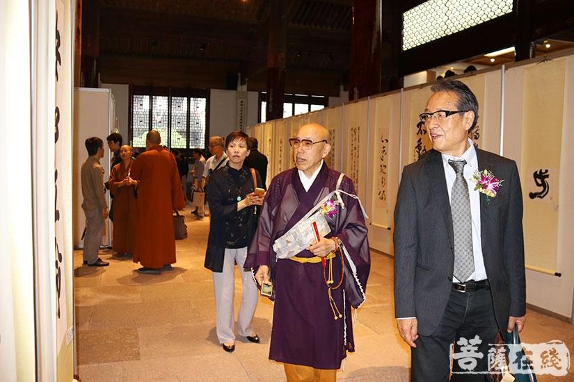 日方代表团参观书法展(图片来源:菩萨在线 摄影:妙月)