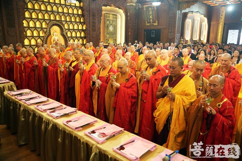 汉传、南传、藏传佛教法师共同主法(图片来源:菩萨在线 摄影:妙雨)