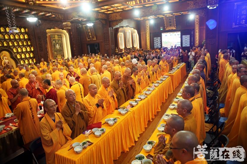 供僧的功德,便是自利利他的菩萨行(图片来源:菩萨在线 摄影:妙静)