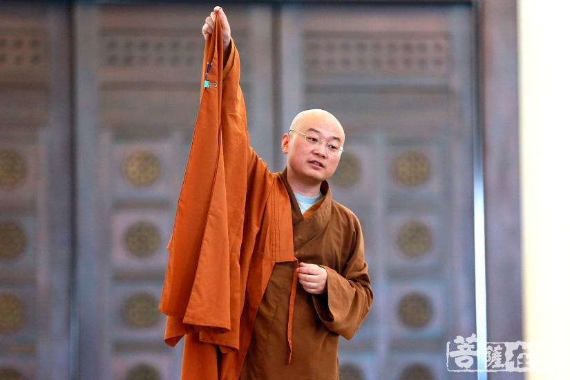 《普陀山佛教》主编宏伟法师教授大众如何如法的穿袍搭衣、拜佛礼仪(图片来源:菩萨在线 摄影:慧德)
