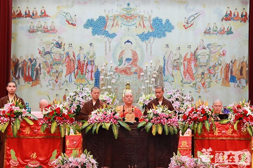 三师登临法座(图片来源:菩萨在线 摄影:慧德)