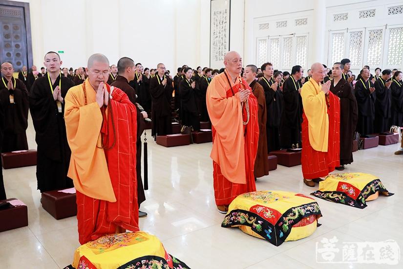 三师应众祈请,拈香礼佛(图片来源:菩萨在线 摄影:慧德)