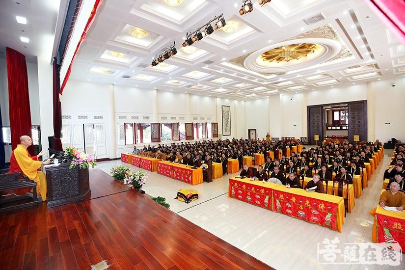 宏海法师为大众开示净土念佛法门(图片来源:菩萨在线 摄影:慧德)