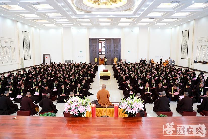 宏伟法师为大众讲授《三皈五戒要义》(图片来源:菩萨在线 摄影:慧德)