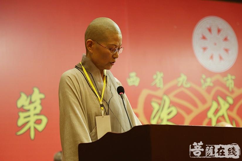 演总法师宣读九江市佛教协会第四次代表会议决议(图片来源:菩萨在线 摄影:妙澄)