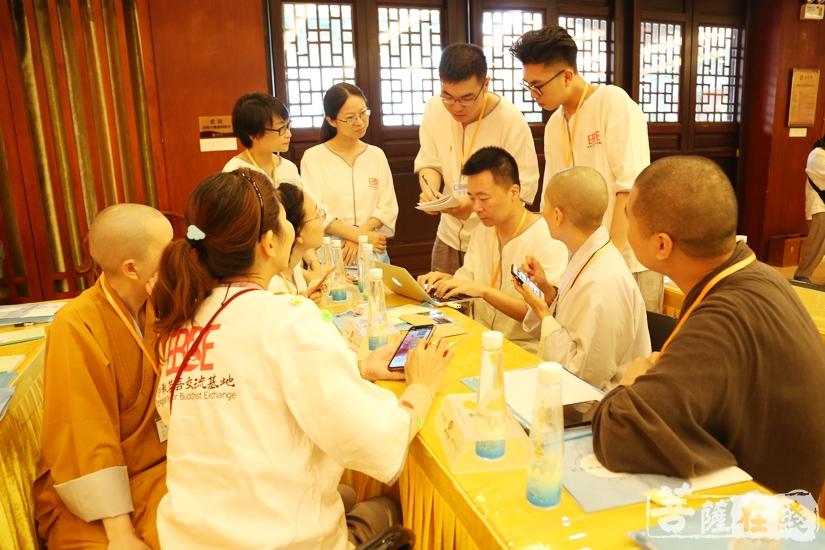 组员协同合作(图片来源:菩萨在线 摄影:妙澄)