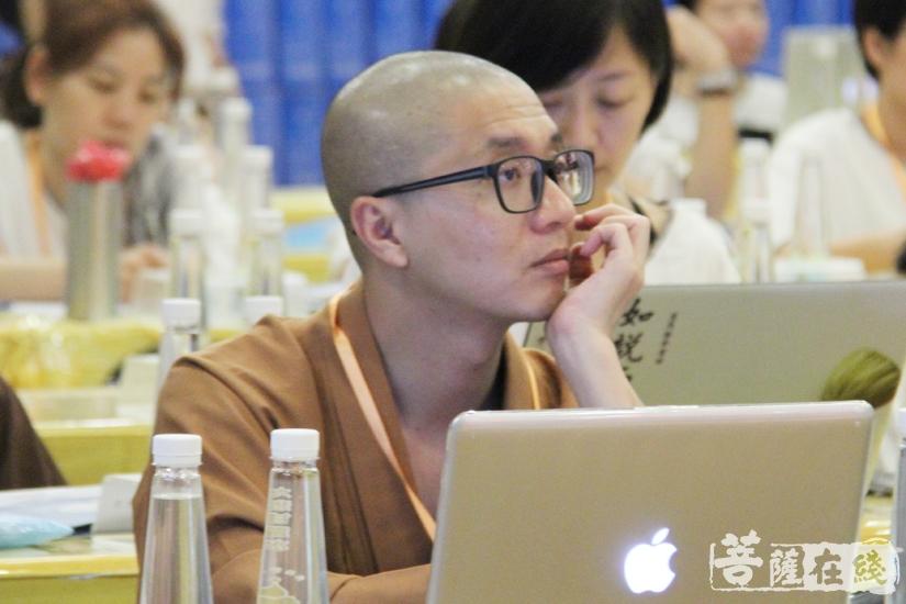 专注聆听(图片来源:菩萨在线 摄影:妙文)