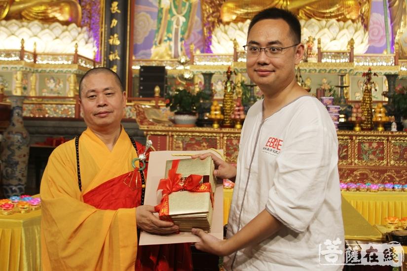 净因大和尚为学员颁发结业证书(图片来源:菩萨在线 摄影:妙文)