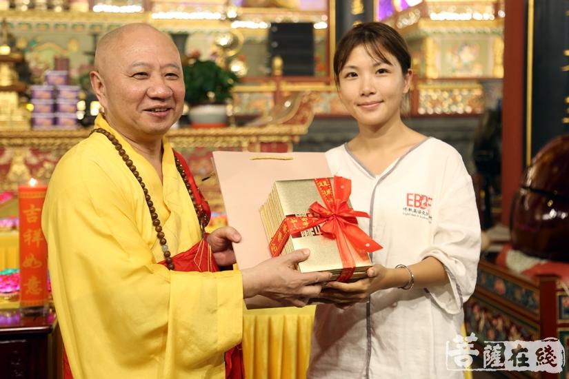 明生大和尚为学员颁发结业证书(图片来源:菩萨在线 摄影:妙澄)