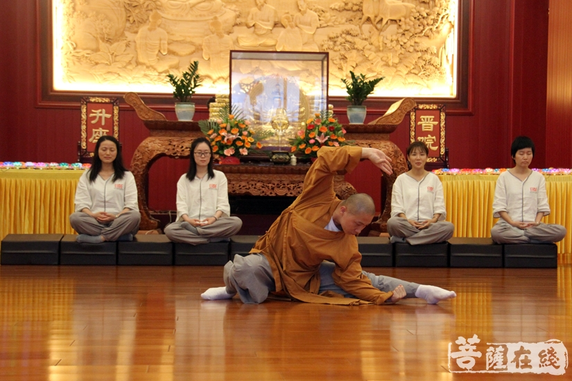 学员表演少林功夫(图片来源:菩萨在线 摄影:妙文)