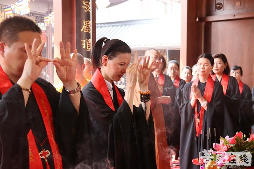 护法善信拈香(图片来源:菩萨在线 摄影:妙月)