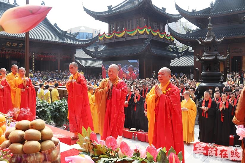 藏经宝函安放仪式(图片来源:菩萨在线 摄影:妙月)