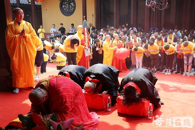 虔诚礼拜(图片来源:菩萨在线 摄影:妙月)