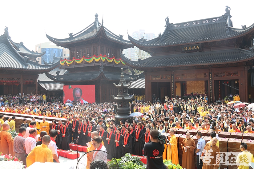 数千名信众、游客共同见证(图片来源:菩萨在线 摄影:妙月)