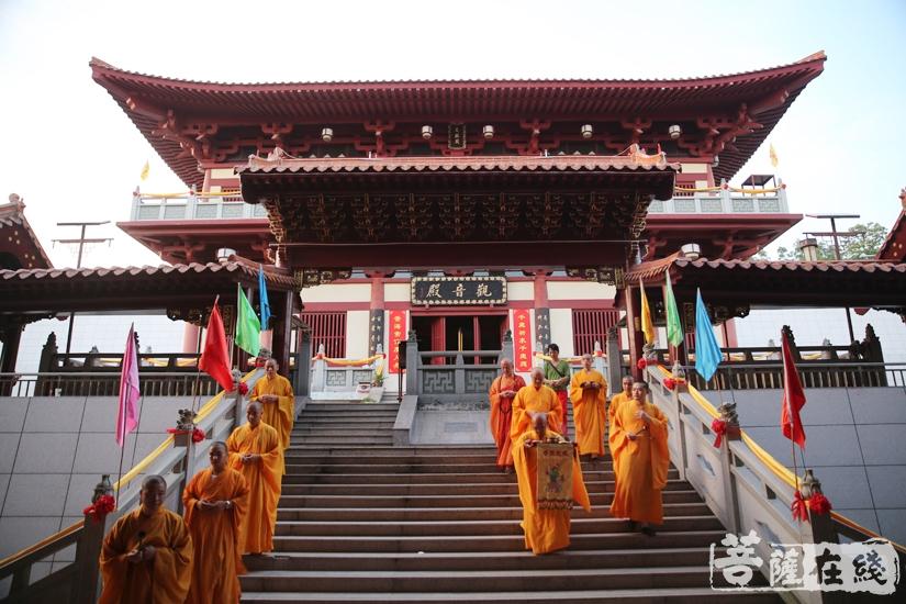 瑞印法师移步至大雄宝殿(图片来源:菩萨在线 摄影:妙文)