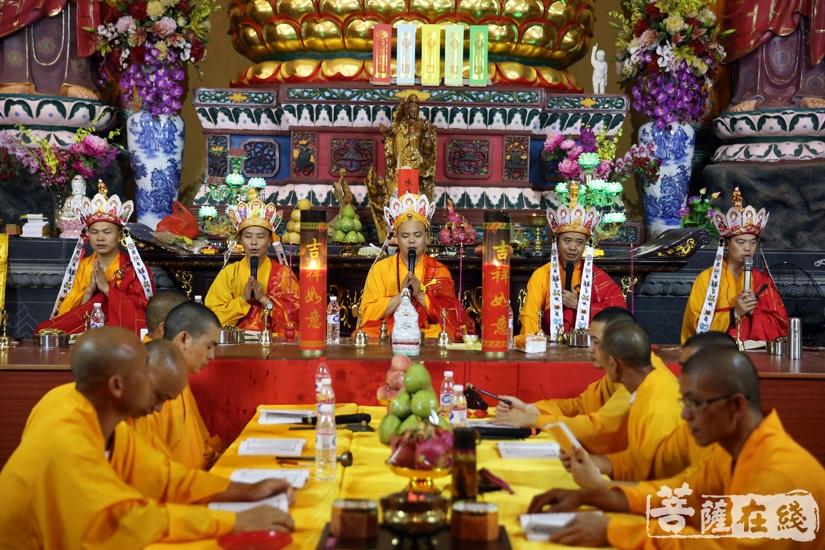 五位法师登坛主法(图片来源:菩萨在线 摄影:妙文)