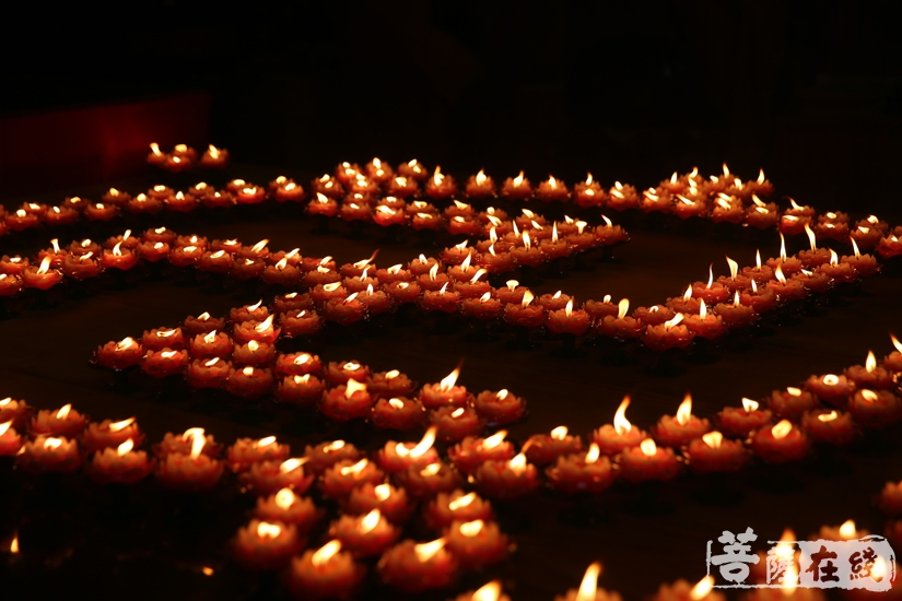 传灯,代表美好的一切代代相传(图片来源:菩萨在线 摄影:妙文)