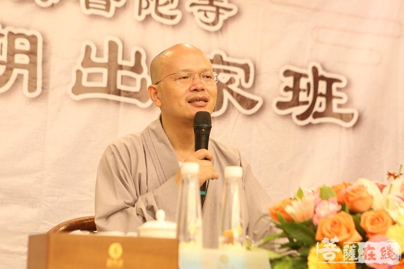 珠海普陀寺首座果慧法师为学员讲戒(图片来源:菩萨在线 摄影:妙澄)