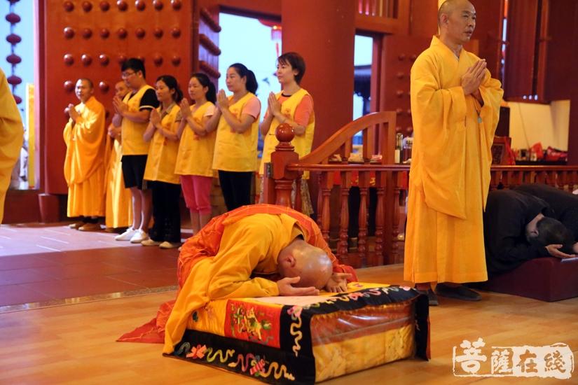 虔诚跪拜(图片来源:菩萨在线 摄影:妙文)