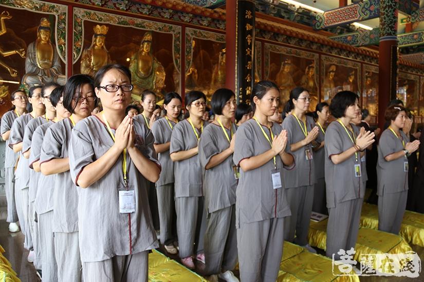 唱诵佛经(图片来源:菩萨在线 摄影:妙月)