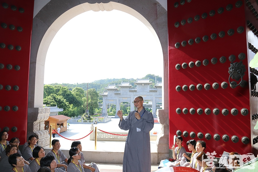 安国法师讲解佛教仪轨(图片来源:菩萨在线 摄影:妙月)