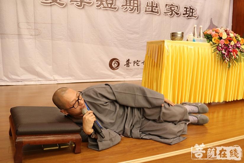 """示范""""卧如弓""""(图片来源:菩萨在线 摄影:妙澄)"""