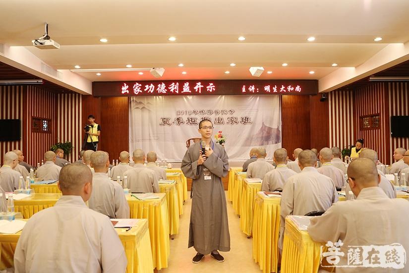 宗敬法师带领学员唱诵(图片来源:菩萨在线 摄影:妙澄)