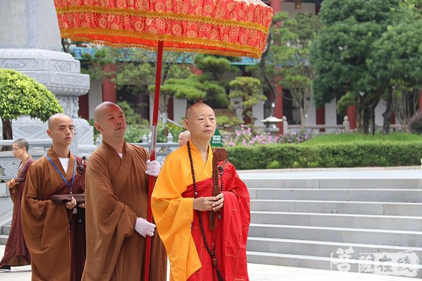 迎请广益法师(图片来源:菩萨在线 摄影:妙月)