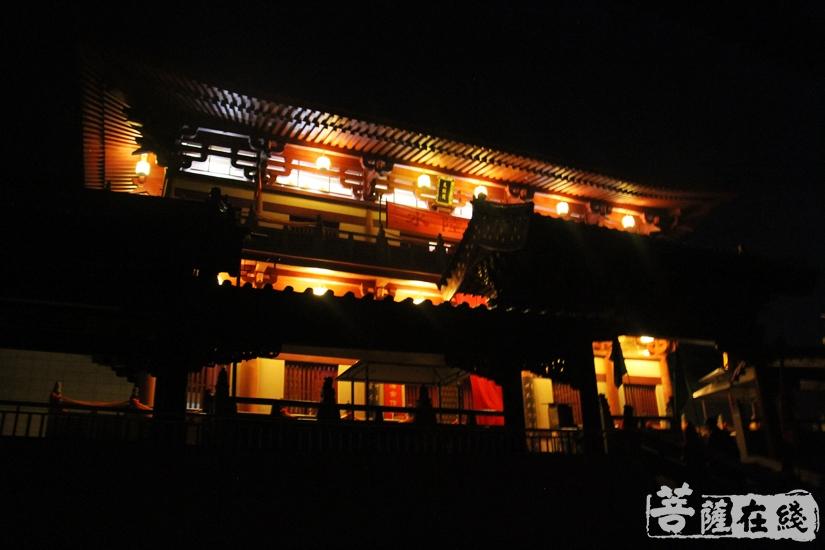 内坛灯火辉煌(图片来源:菩萨在线 摄影:妙文)