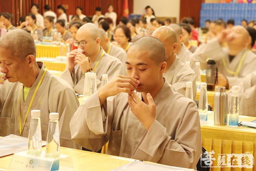 品茶(图片来源:菩萨在线 摄影:妙月)