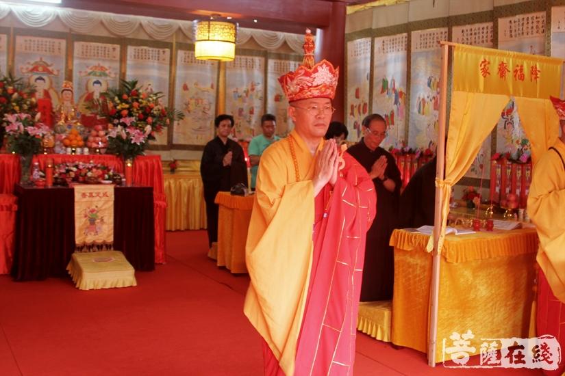 内坛举行请下堂仪式(图片来源:菩萨在线 摄影:妙文)