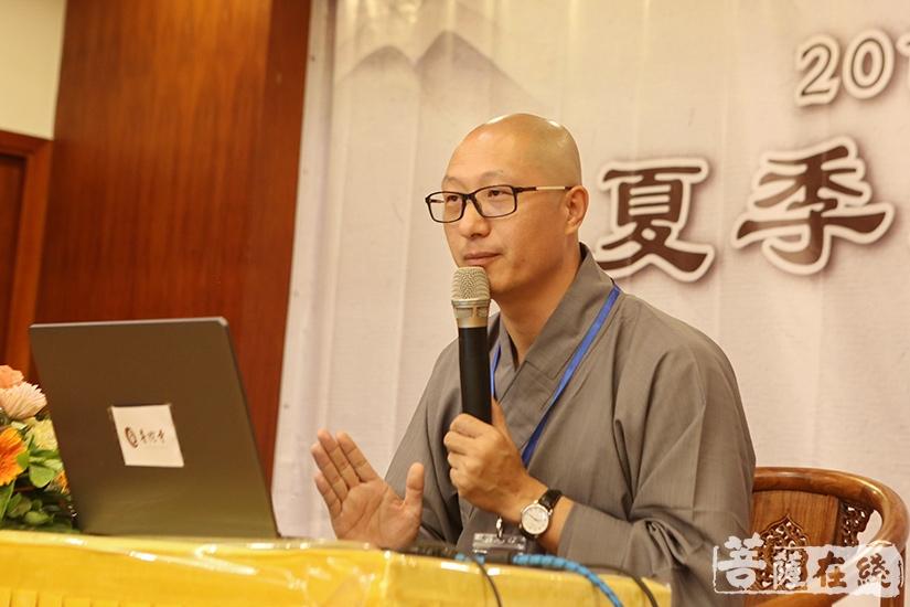 安国法师开示:佛法不是神,而是佛陀对众生的教育(图片来源:菩萨在线 摄影:妙月)