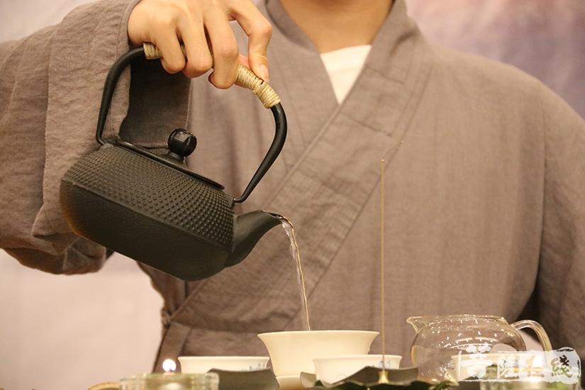 泡茶(图片来源:菩萨在线 摄影:妙澄)