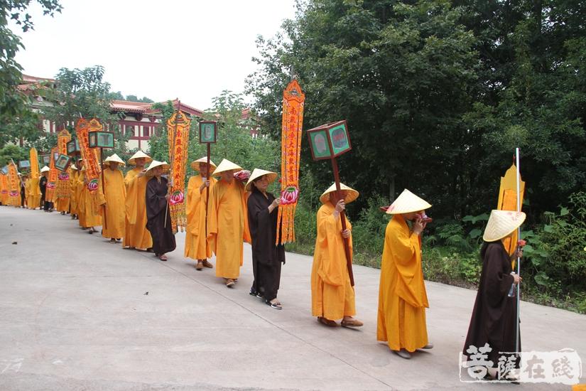 主法法师率领四众弟子绕寺而行(图片来源:菩萨在线 摄影:妙文)
