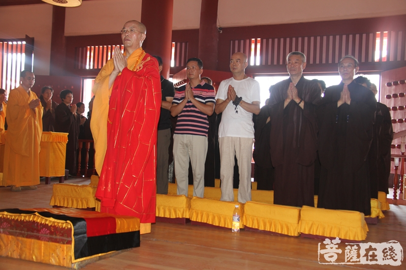 外坛举行圆满供仪式(图片来源:菩萨在线 摄影:妙文)