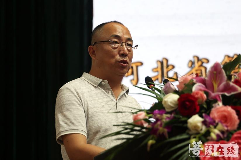 廊坊市佛教协会秘书长邵坤主持闭幕式(图片来源:菩萨在线 摄影:妙清)